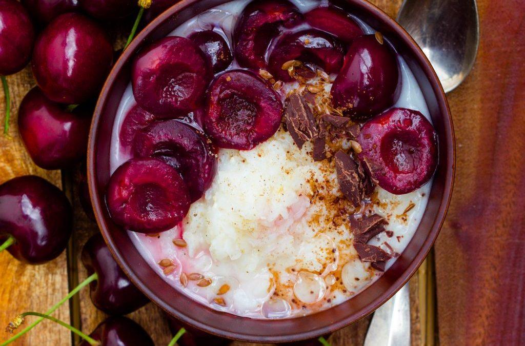 Ayurveda Sommerporridge mit Reisflocken, saftigen Kirschen & Rohkakao