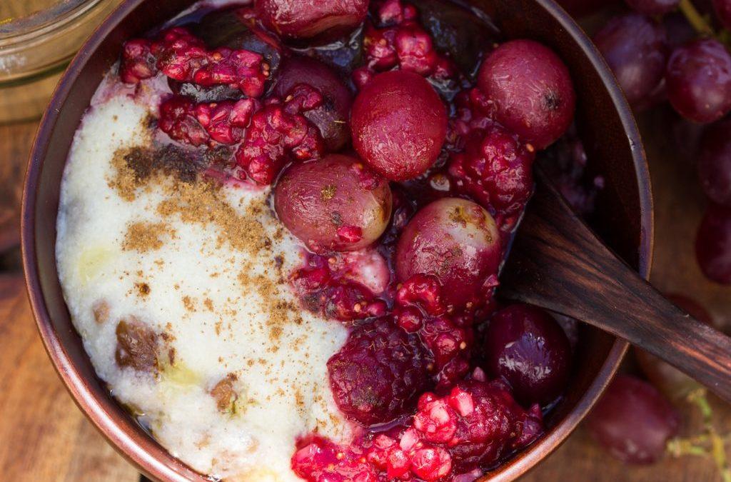 Ayurvedisches Pink-Power-Porridge mit Weintrauben, Rosinen, Feigen und Himbeeren