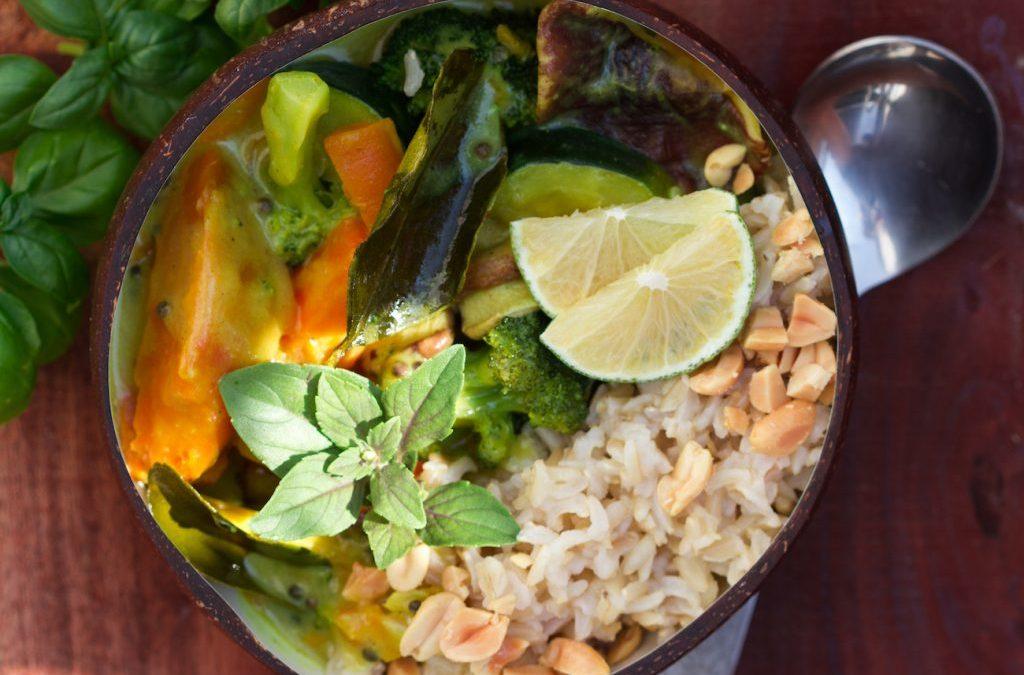 Erdendes Thai-Curry mit Kokos und Kaffirlimetten für den Spätsommer