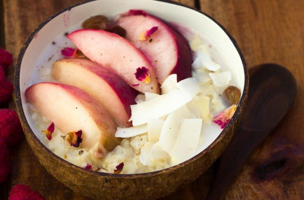 Hirseporridge mit weißem Pfirsich, Kardamom, Kokos & Rosenblättern