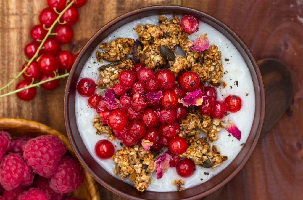 Sommerbeeren-Porridge mit Bananen-Vanille-Granola