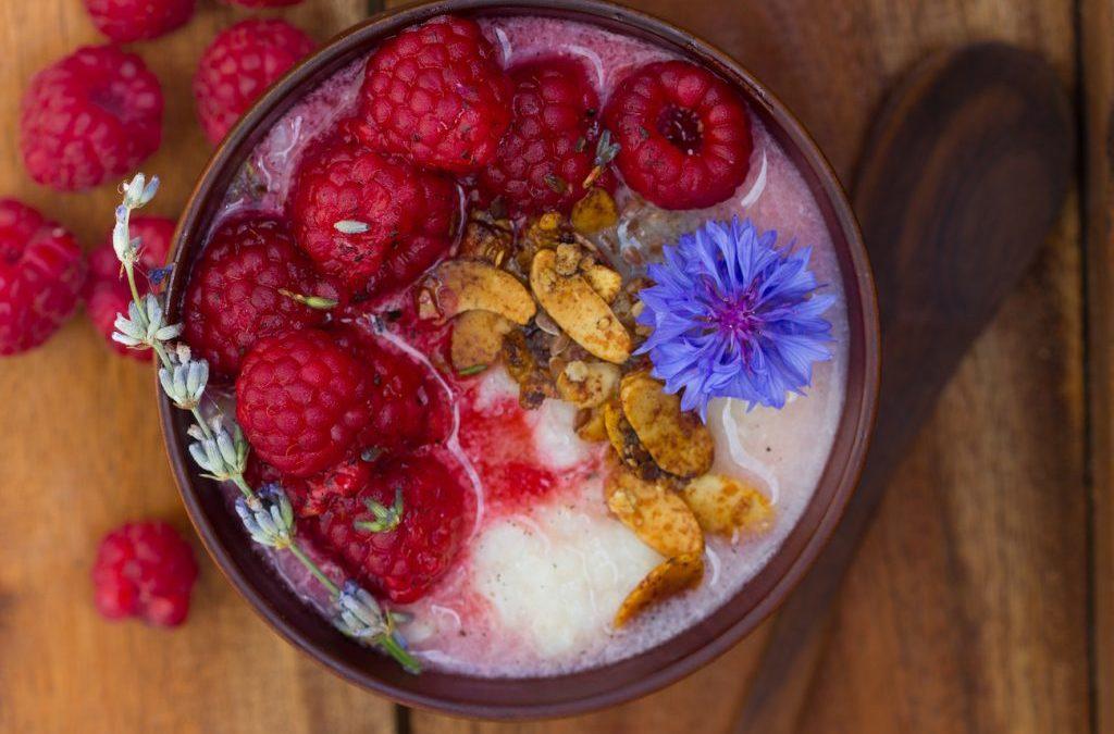Spätsommer-Porridge mit Buchweizen, Vanillehimbeeren und Lavendel