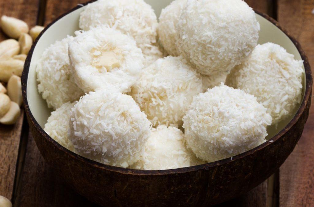 Ayurveda-Snack im Sommer: Vegane Kokosbällchen mit Kokosmandelcreme